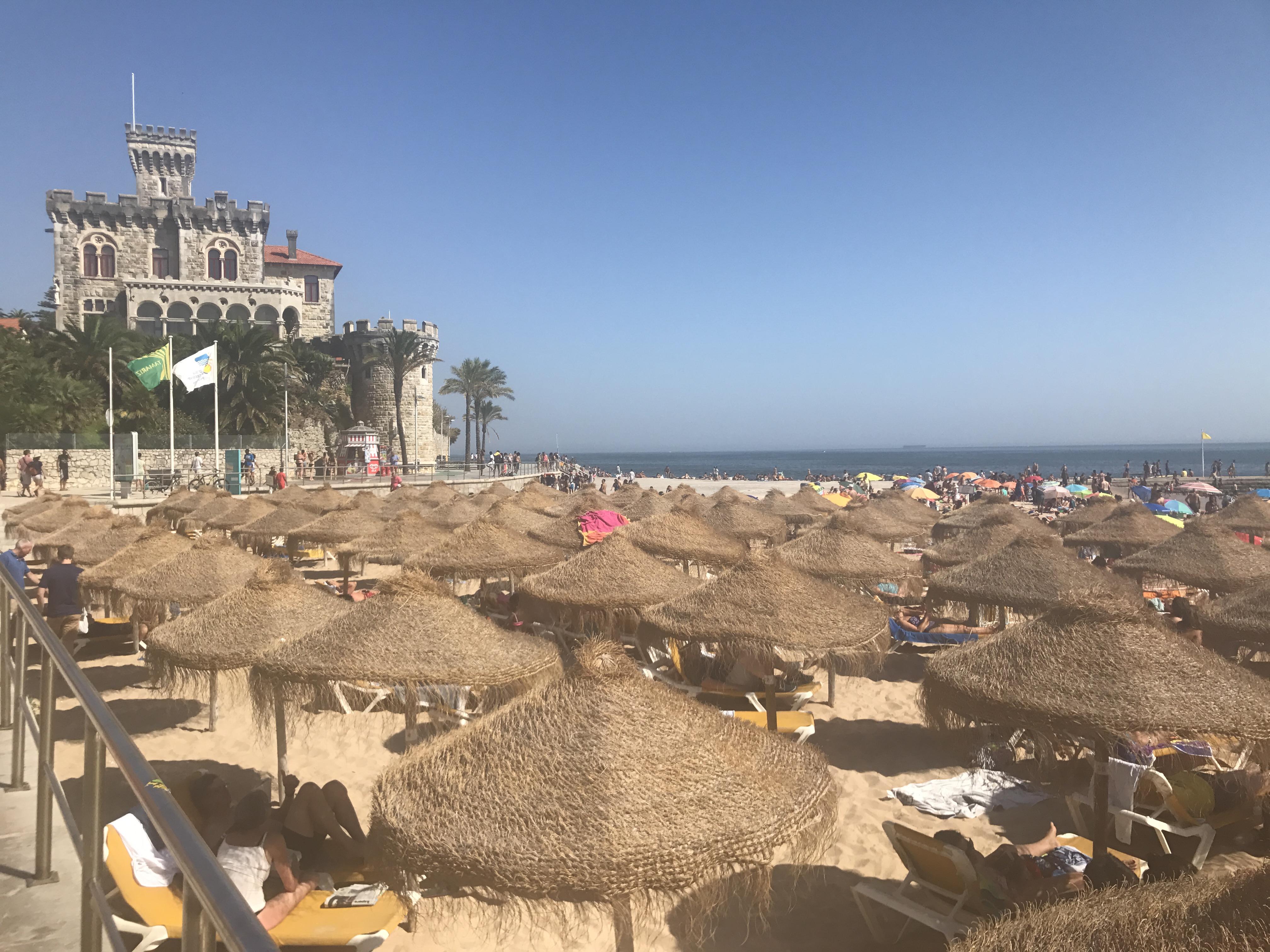 Strand Estoril (Sonnenschirme und Liegen zum mieten auf der linken Seite)