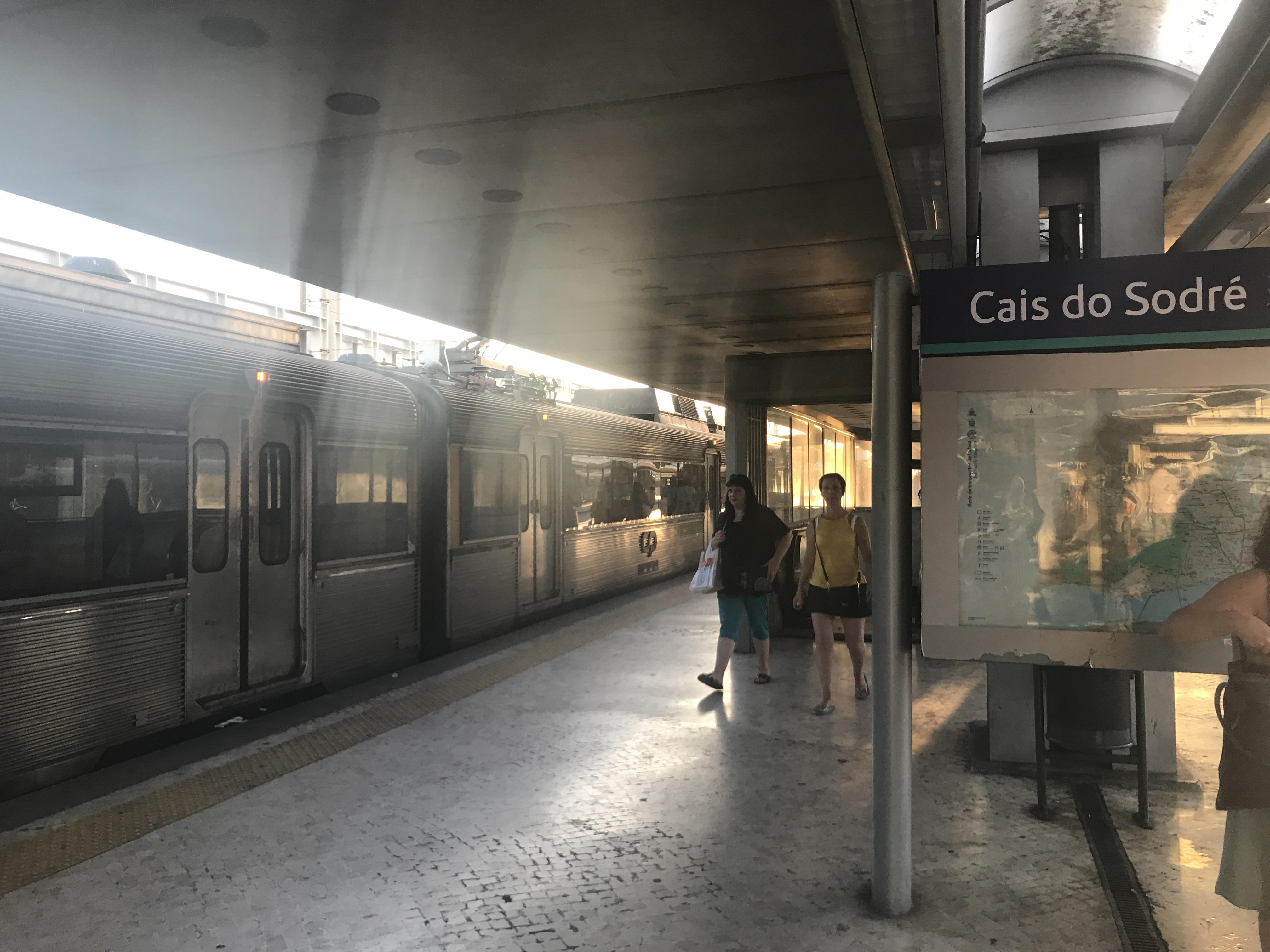 Lissabon: Cais do Sodré (Bahnhof) und Bahn nach Cascais