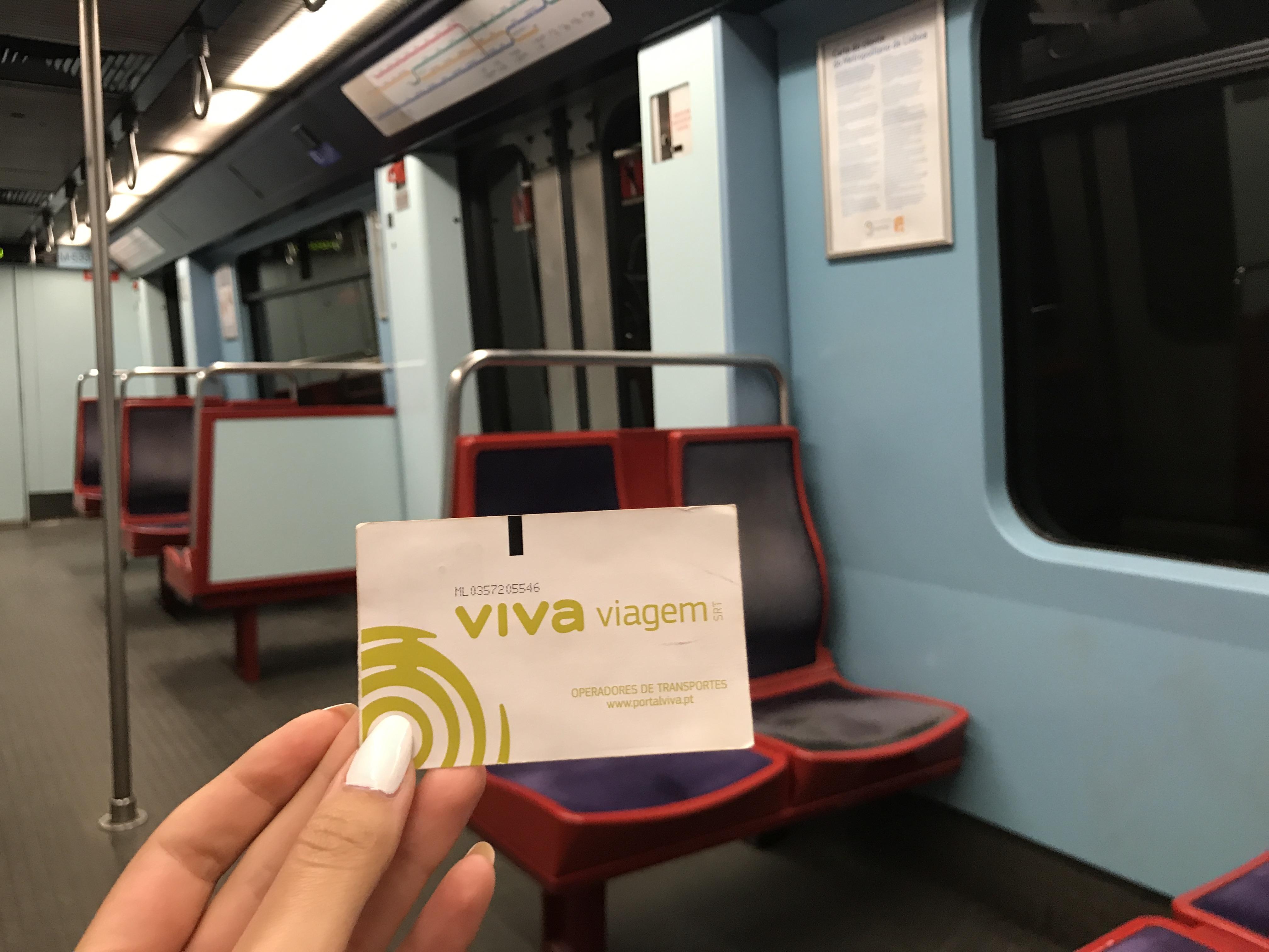 Lissabon: Viva viagem Karte in der Metro (0,50 € für die Karte, die wie eine Prepaidkarte ist, nicht wegschmeißen, wiederverwendbar!)