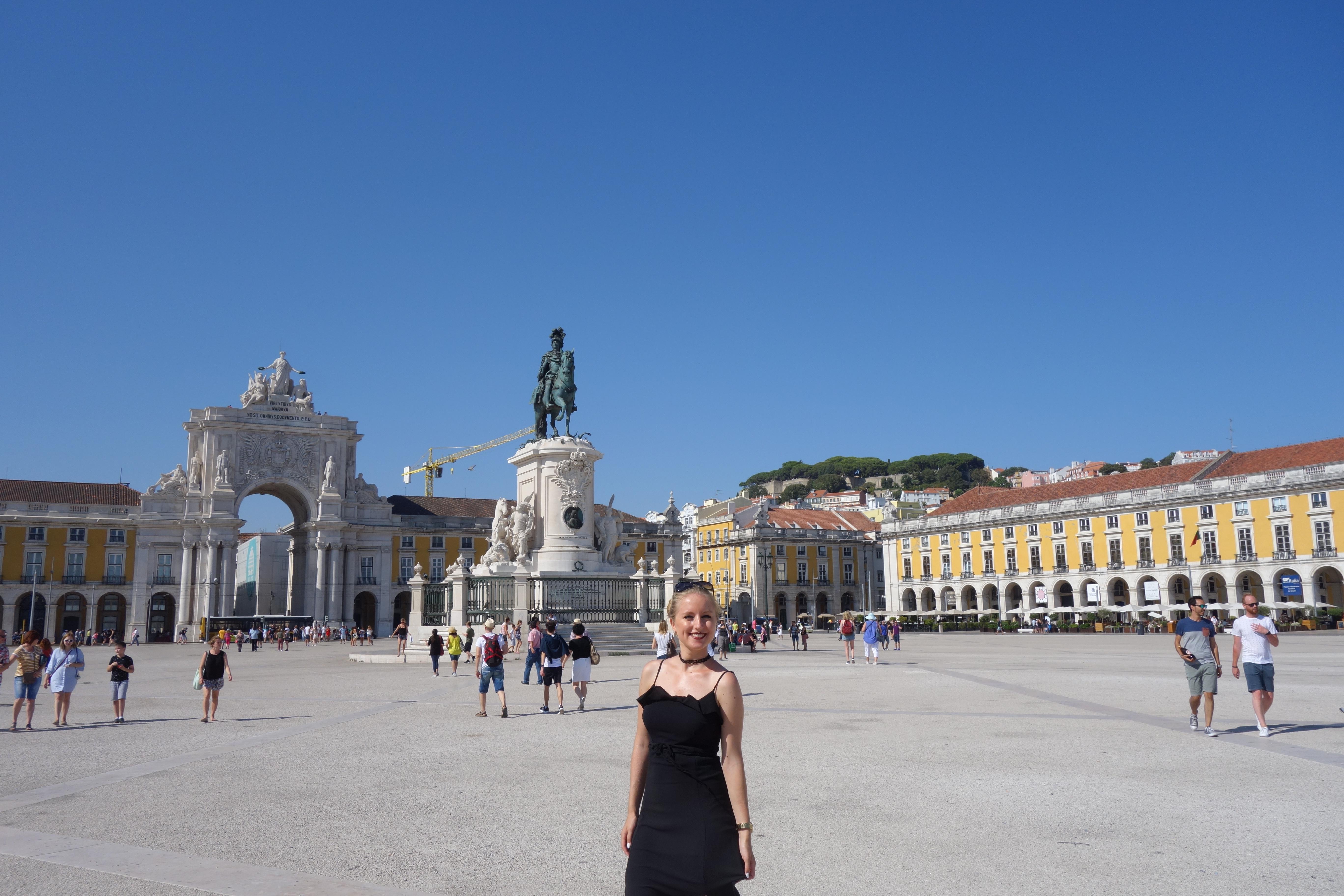 Lissabon: Praça do Comércio (Platz des Hadels) mit dem Triumphbogen Rua Augusta und der Reiterstatue von König José I.