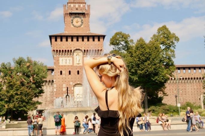 Mailand: vor dem Castello S'forzesco (ist das nicht ein schöner Springbrunnen? Das Schloss steht mitten in der Innenstadt)