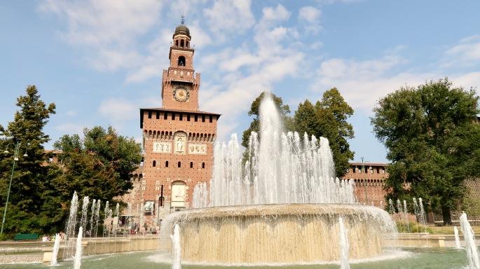 Mailand: ein wunderschöner Springbrunnen vor dem Castello S'forzesco