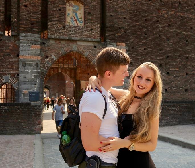 Mailand: Matthias und ich am Schlosseingang vom Castello S'forzesco