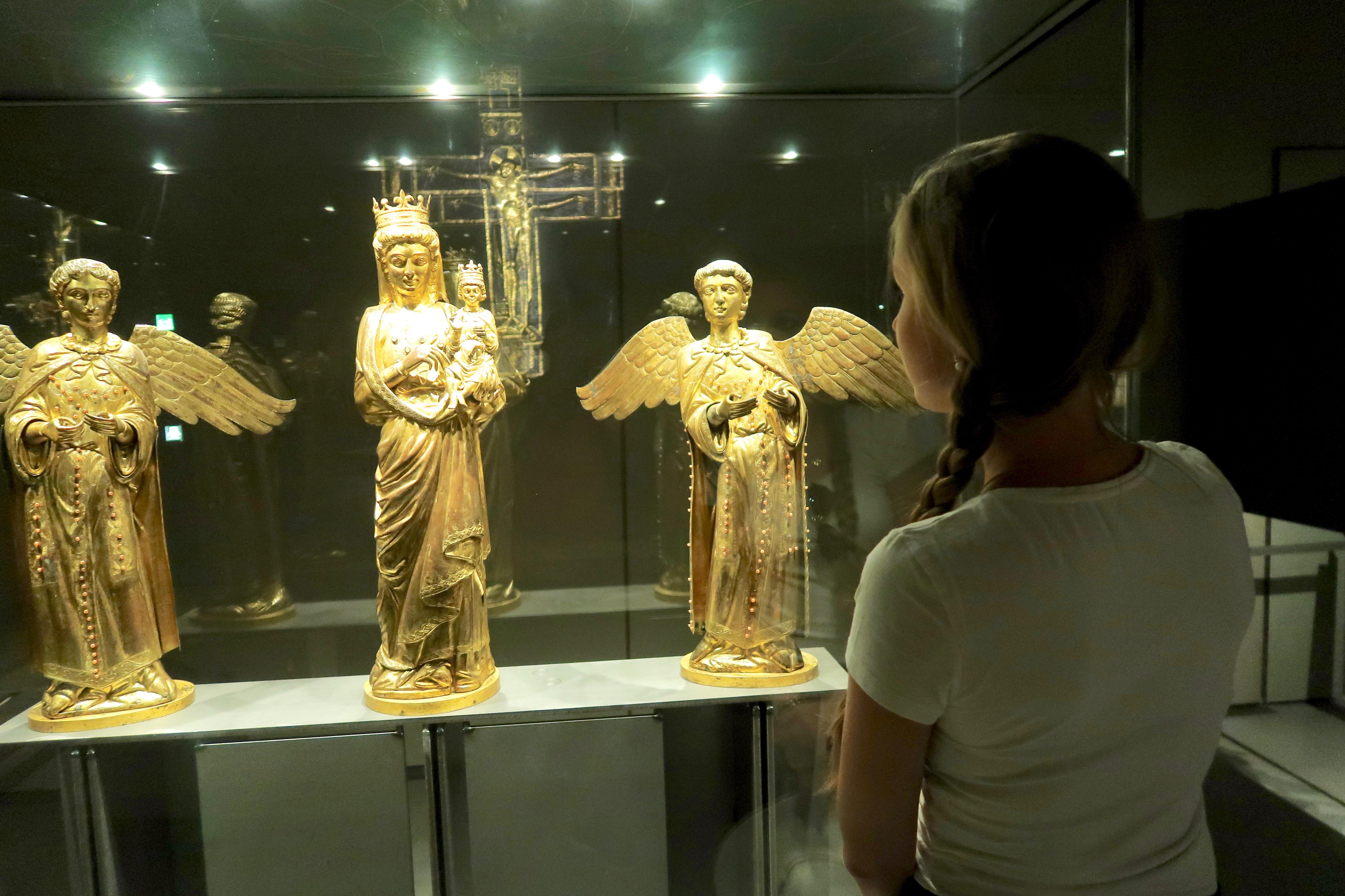 Mailand: im Dommuseum: 2 Engel und die Muttergottes Maria mit Jesus auf dem Arm