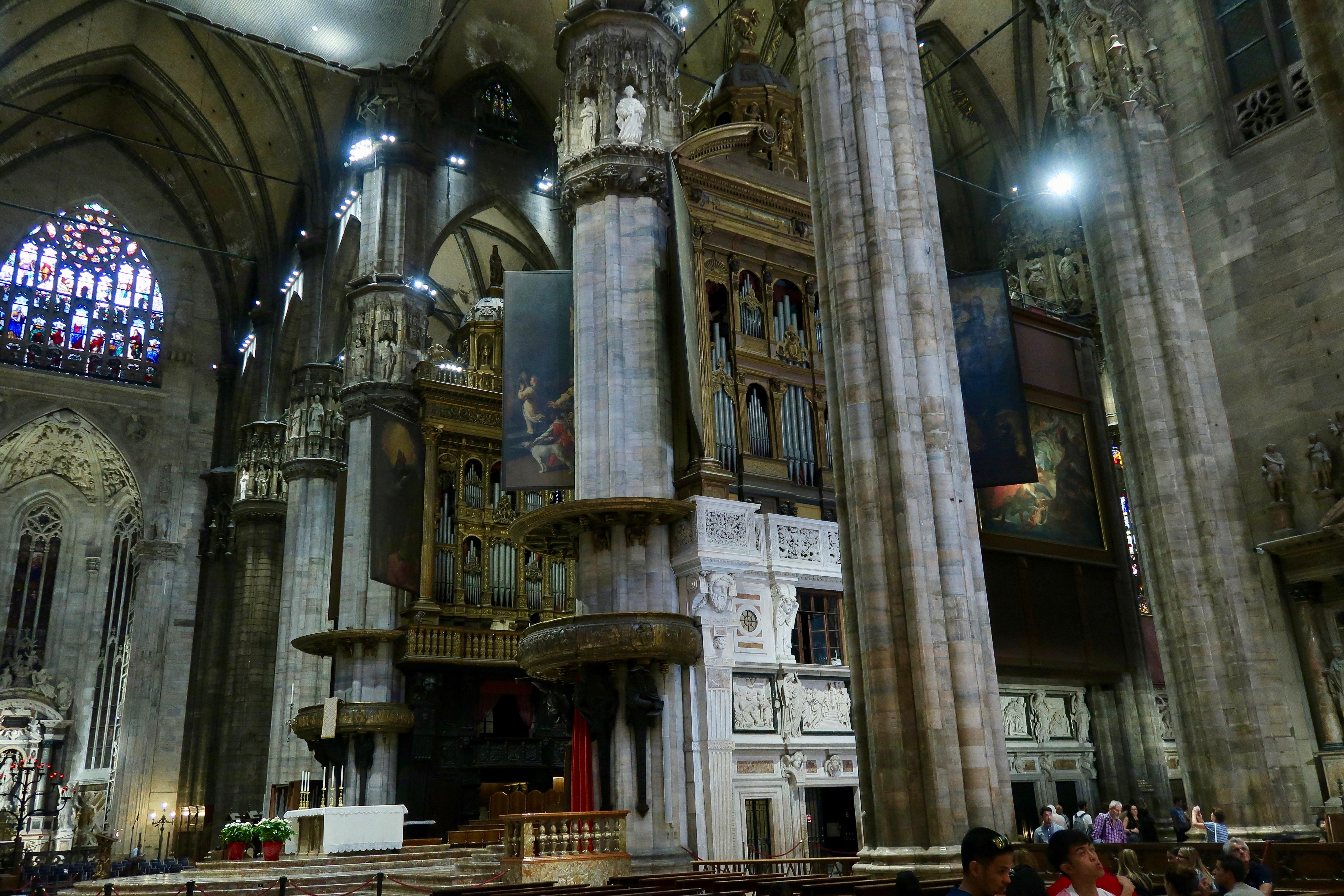 Mailand: das Dominnere mit der Orgel, die 15.350 Pfeifen hat