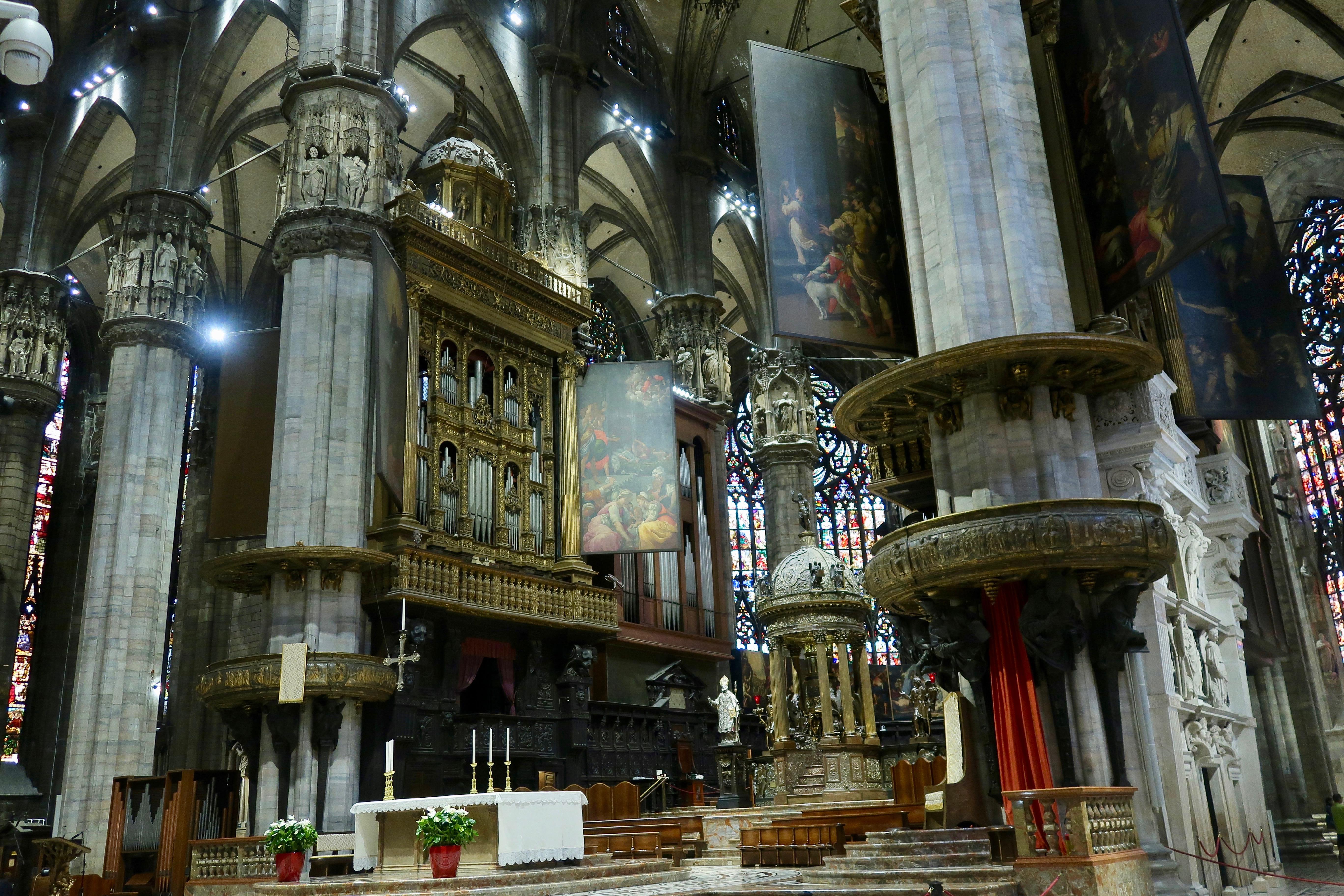 Mailand: das Dominnere mit der Orgel, der Kanzel, der Tabernakel und dem Altar