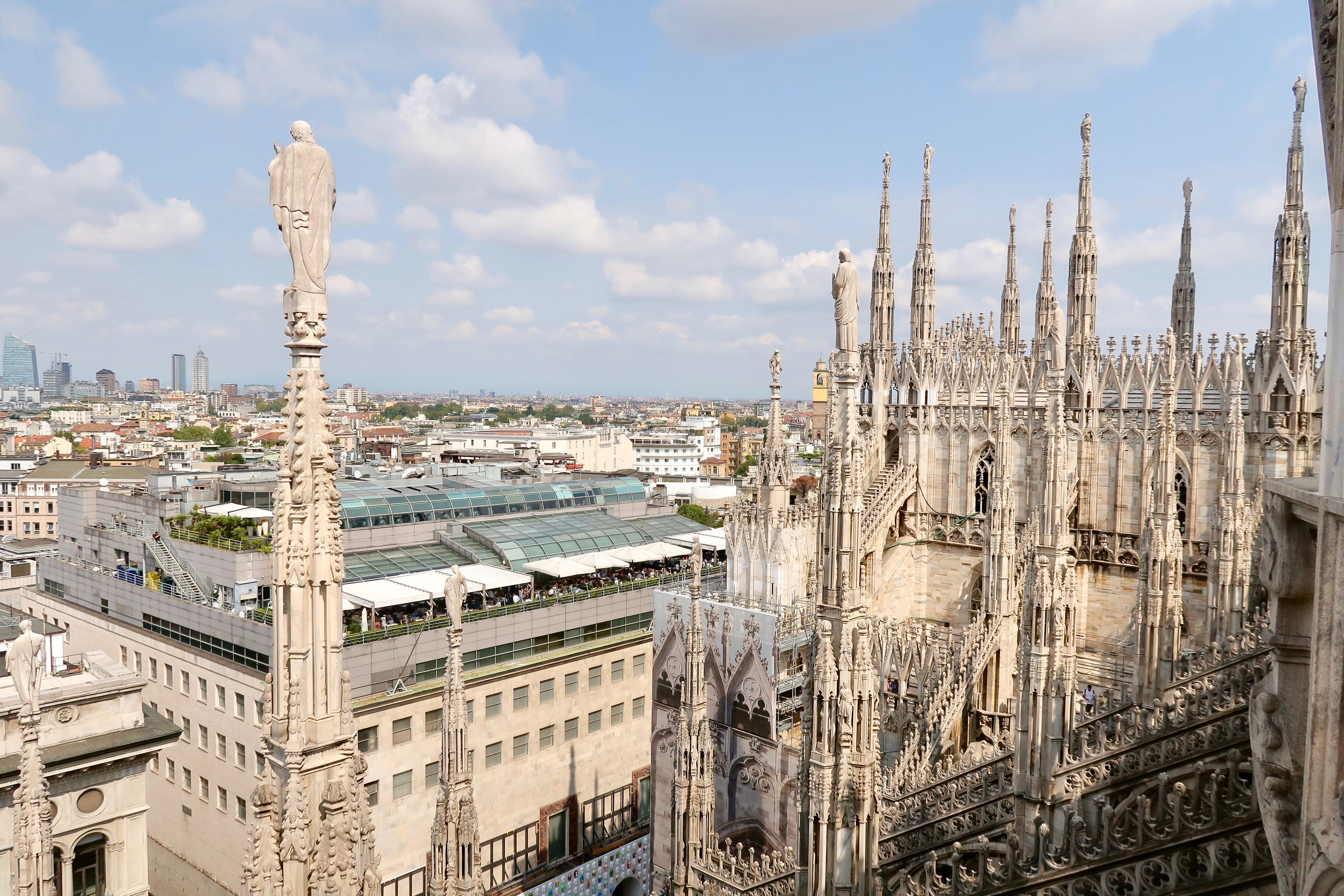 Mailand: vom Dach des Doms hat man eine wunderbare Aussicht, nicht nur auf den Dom selbst, sondern auch auf die Skyline von Mailand