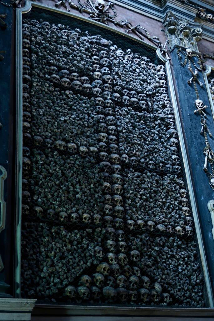 Mailand: Chiesa di San Bernardino alle Ossa / Knochenkirche (menschliche Schädel und Oberschenkelknochen sind zu einer Kreuzform an den Wänden angeordnet)