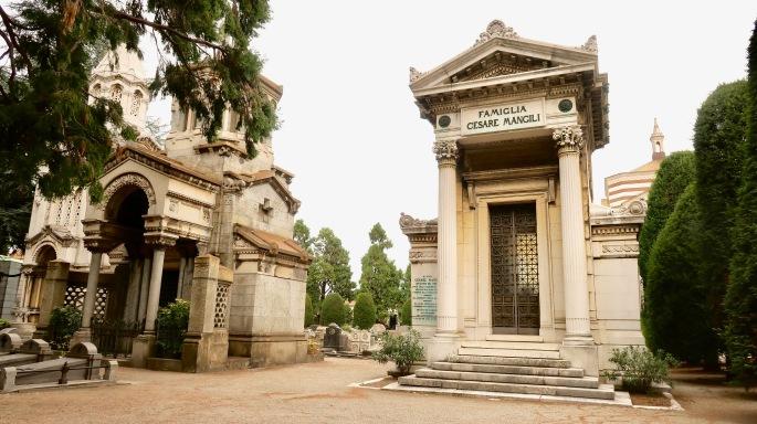 Mailand: Cimitero Monumentale / Zentralfriedhof (viele Familien haben dort eigene Tempel, bis zu 20 Meter hohe Obelisken, Pyramiden oder sich eine Sphinx errichten lassen)