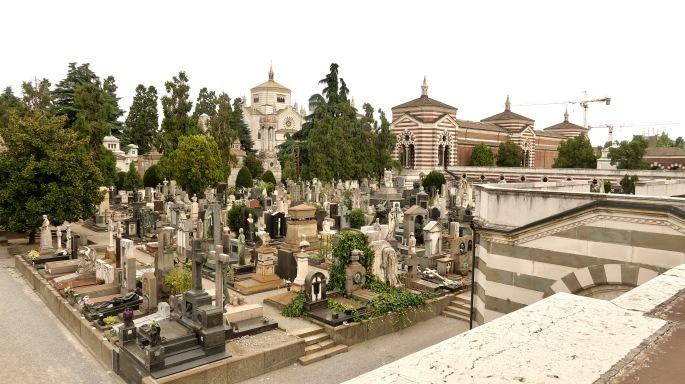 Mailand: Cimitero Monumentale (Gräber und Tempel, das Bild wurde von einer der Gedenkhallen geschossen)