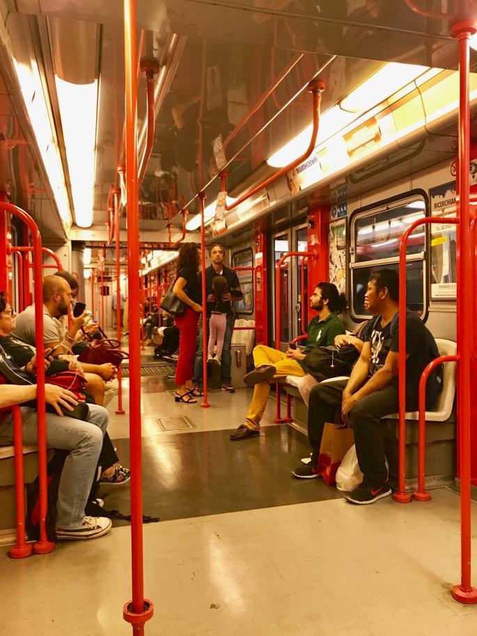 Mailand: Moderne Metro M1 Rote Linie von innen