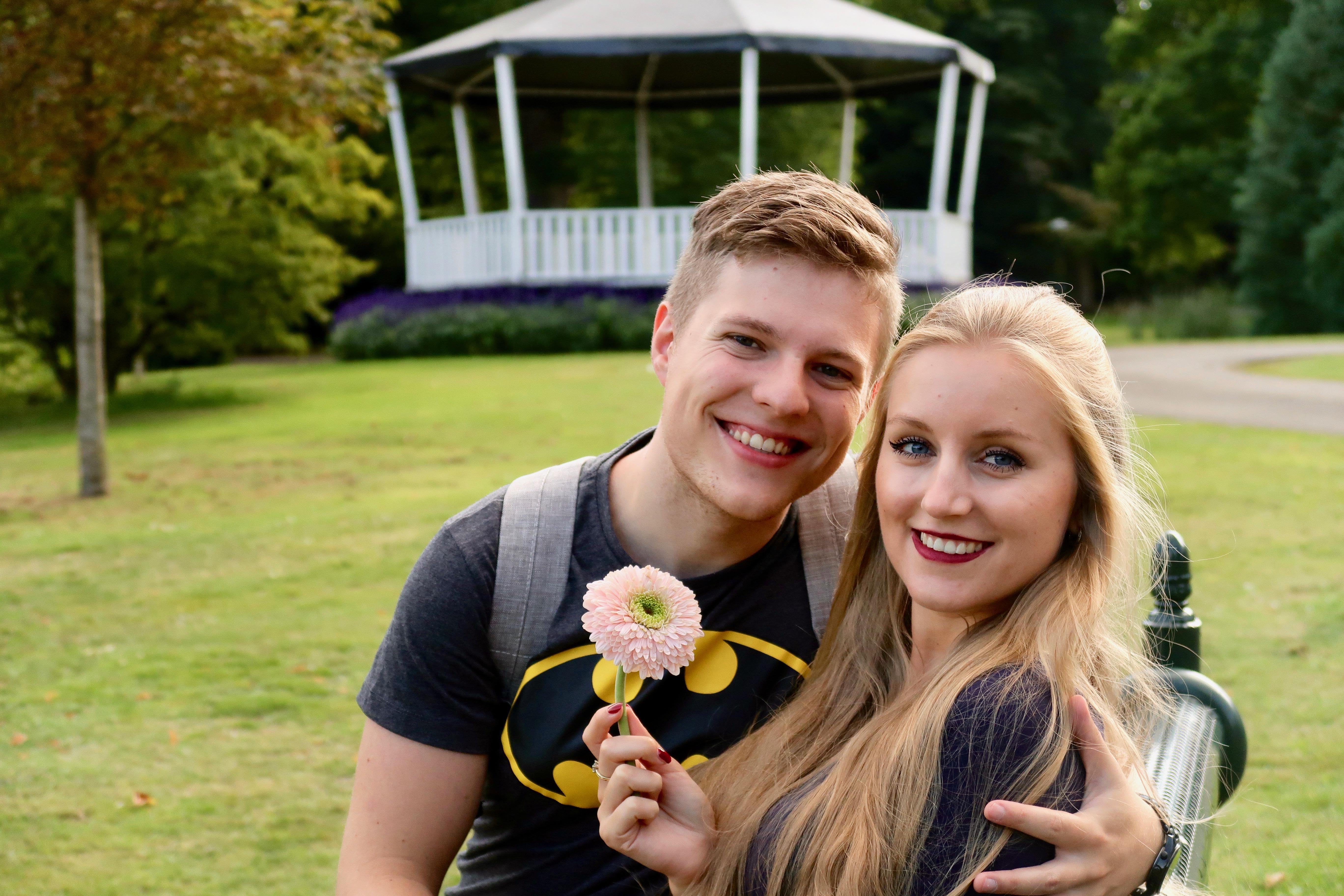 Enschede: Matthias und ich im Volkspark (übrigens findest du die Geschichte der Blume in seinem VLOG)